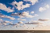 Kiter vor der Fehmarnsundbrücke, Ostsee, Fehmarn, Ostholstein, Schleswig-Holstein, Deutschland