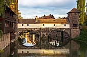 Sicht von Maxbrücke auf die Pegnitz (Fluss) und die Henkerbrücke im Abendlicht, Nürnberg Innenstadt, Franken, Bayern, Deutschland