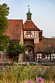 Eingang zum Burghof der Burg Cadolzburg im Abendlicht, Cadolzburg, Franken, Bayern, Deutschland