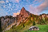 Wolkenstimmung über Hörndlwand und traditionellem Almgebäude, Hörndlwand, Chiemgauer Alpen, Chiemgau, Oberbayern, Bayern, Deutschland