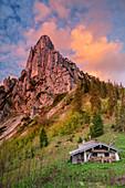Traditional alpine building with Hörndlwand, Hörndlwand, Chiemgau Alps, Chiemgau, Upper Bavaria, Bavaria, Germany