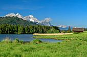 Geroldsee mit Wetterstein mit Alpspitze und Zugspitze im Hintergrund, Werdenfelser Land, Bayerische Alpen, Oberbayern, Bayern, Deutschland