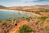 Eine Frau unterwegs in Cabo de Gata Nationalpark, Provinz Almeria, Region Andalusien, Spanien, Europa