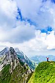 Ein Mädchen beobachtet die atemberaubenden Berge, Kanton Appenzell, Alpstein, Schweiz, Europa