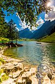 Sonniger Tag am Seealpsee mit Silhouette vom Boot, Kanton Appenzell, Alpstein, Schweiz, Europa