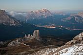 Italien, Venetien, Provinz Belluno, Monte Averau, Hochwinkelansicht der Cinque Torri Felsformation, Cortina d'Ampezzo und Berg Cristallo im Hintergrund
