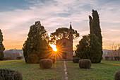 Sonnenschein hinter der Kapelle von Pomelasca, Inverigo, Provinz Como, Lombardei, Italien