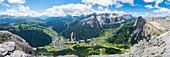 Panorama vom Gipfel des Sassongher-Berges im Sommer, Corvara, Alta Badia, Provinz Bozen, Trentino-Südtirol, Italien, Europa