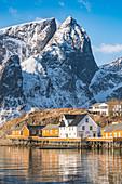 Nahaufnahme von dem Dorf Sariskoy und dem Navaren Gipfel im Winter, Reine, Lofoten, Nordland, Nordnorwegen, Norwegen