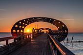 Sonnenaufgang auf der Seebrücke in Kellenhusen, Ostsee, Ostholstein, Schleswig-Holstein, Deutschland