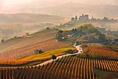 Die Weinberge und die Burg von Grinzane Cavour im Herbst, Italien, Piemont, Region Cuneo, Langhe