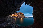 Manarola zur blauen Stunde, La Spezia, Ligurien, Italien, Südeuropa