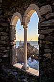 Blick auf Porto Venere durch Rundbogen, La Spezia, Ligurien, Italien, Südeuropa