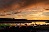 Kanus am Strand von Ellös im Abendlicht, Orust, Bohuslän, Schweden