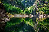 Reflexionen am See von Antrona, Antrona Schieranco, Verbano Cusio Ossola, Piemont, Italien, Südeuropa