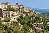View of the old town of Gordes. Gordes, Vaucluse, Provence-Alpes-Côte d'Azur, Apt, France.