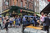 Vereinigtes Königreich, London, Stadtteil Soho, Carnaby Street, Ganton Street, Pubs und Terrassen