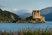 Scotland, Highland, Dornie, castle of Eilean Donan in the evening light