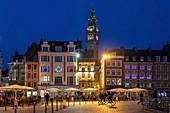 Bar-Terrassen auf dem Grand'place bei Einbruch der Nacht, Lille, Nord, Frankreich