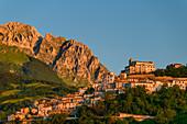 Ort Farindola mit Monte Camicia, Farindola, Nationalpark Gran Sasso, Parco nazionale Gran Sasso, Apennin, Abruzzen, Italien