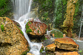 Wasser fließt über bemooste Felsen hinab, Wimbachklamm, Berchtesgadener Alpen, Berchtesgaden, Nationalpark Berchtesgaden, Oberbayern, Bayern, Deutschland