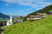 Ort Fontanella mit Kirche, Biosphärenreservat Großes Walsertal, Bregenzerwaldgebirge, Bregenzerwald, Vorarlberg, Österreich