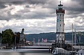 Blick auf die Hafeneinfahrt von Lindau, Bayern, Deutschland, Europa