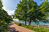 Weg mit blauem Meer im Hintergund, Weissenhäuser Strand, Ostsee, Ostholstein, Schleswig-Holstein, Deutschland