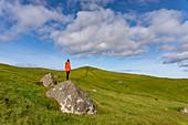 Wanderer am Kap Kallur, Nordspitze der Insel Kalsoy, Färöer Inseln