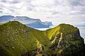 Leuchtturm Kallur und Touristen an der Nordspitze der Insel Kalsoy, Färöer Inseln