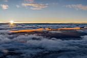Sonnenaufgang über den Wolken im Anflug auf München, Bayern, Deutschland