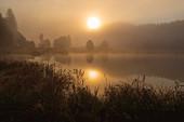 Die Oktobermorgensonne spiegelt sich im Geroldsee, Krün, Bayern, Deutschland