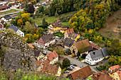 Sicht von Ruine Streitburg auf Streitberg im Herbst, Oberfranken, Bayern, Deutschland