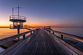 Sonnenaufgang auf der Seebrücke in Kellenhusen am Morgen, Ostsee, Ostholstein, Schleswig-Holstein, Deutschland