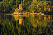 Der Herbstwald spiegelt sich im Eibsee, Garmisch-Partenkirchen, bayern, Deutschland
