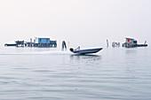Blick auf die Fischerhütten auf Stelzen der Fischer von Pellestrina in der Lagune von Venedig, Lagune von Venedig, Pellestrina, Venetien, Italien, Europa
