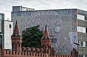Wandgemälde bei Oberbaumbrücke in Kreuzberg, Berlin, Deutschland