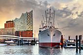 Elbphilharmonie, Cap San Diego Museumsschiff, Museumsfrachtschiff, HafenCity, Hamburg, Deutschland, Europa