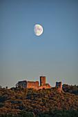 Der aufgehende Mond über der Ruine Wolfstein bei Neumarkt in der Oberpfalz, Bayern, Deutschland, Europa