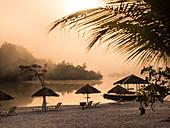 Touristen Resort am Amazonas nahe Manaus bei Sonnenaufgang, Amazonasbecken, Brasilien, Südamerika