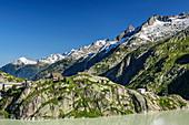 Blick auf Grimselsee, Grimselhospiz und Urner Alpen, von Grimselpass, UNESCO Weltnaturerbe Jungfrau-Aletsch, Berner Alpen, Schweiz