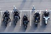 Blick auf fünf parkende Motorradfahrer, Franz-Josephs-Höhe, Glockner Hochalpenstraße, Glocknergruppe, Nationalpark Hohe Tauern, Kärnten, Österreich
