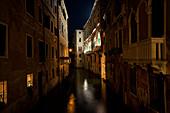 Ein kleiner Kanal in Venedig bei Nach, Venetien, Italien, Europa