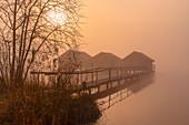 Bootshäuser am Kochelsee bei Sonnenaufgang, Oberbayern, Bayern, Deutschland, Europa