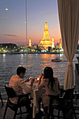 Thailand, Bangkok, Wat Arun, Temple of Dawn, couple dining,