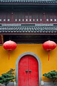 Außenansicht des Jadebuddha-Tempels mit roten Laternen, ein buddhistischer Tempel in Shanghai, China.
