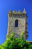 Turm vor blauem Himmel am Hotel Chateau de Creissels, Millau, Frankreich