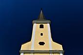 Gelb-weiße Kirche vor tiefblauem Himmel in Strmec, Kroatien