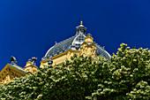 Blühende Bäume vor dem Dach des Mimara-Museums, Zagreb, Kroatien