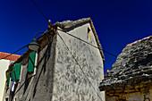 Sehr altes Haus mit Steindach vor einem tiefblauen Himmel, Primosten, Dalmatien, Kroatien